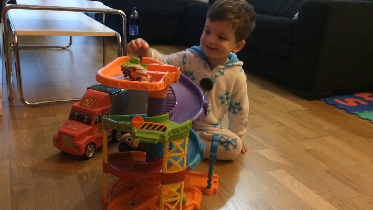 Iker juega con su circuito de coches pero.... se enfada 😡🤣