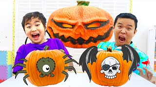 Jannie and Andrew Pretend Play Mysterious Toy Challenge Adventures on Halloween