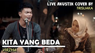 Download Lagu KITA YANG BEDA - VIRZHA (LIRIK) LIVE AKUSTIK COVER BY TRISUAKA - PENDOPO LAWAS mp3