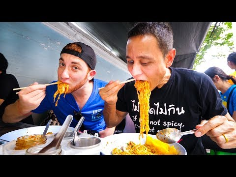 Thai Street Food in Bangkok - MOST POPULAR LUNCH Noodles in Downtown Silom, Thailand!