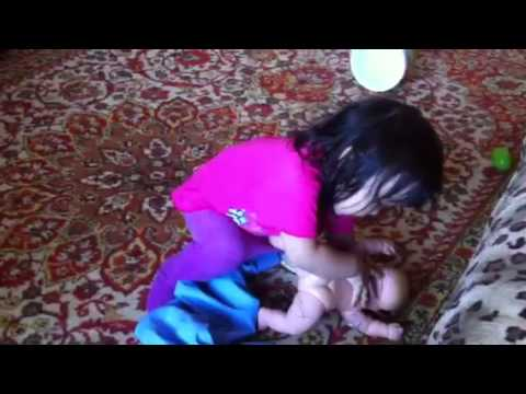 Девушки писают мальчику в рот через трусики видео