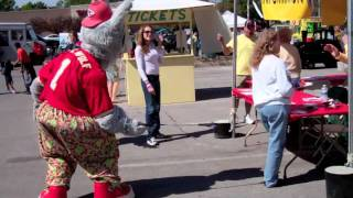Kansas City Chiefs' KC Wolf gets Sneaky @ Waldo Fest