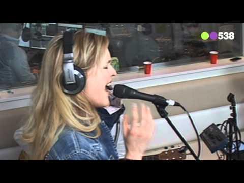 Radio 538: Leonie Meijer - Lost in Yesterday (live bij Evers Staat Op)