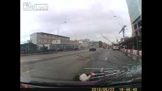 Авария. Прокатили Пешехода на Капоте - Girl Gets Hit By Car