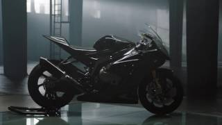 شاهد: دراجة BMW النارية HP4 المصنوعة من ألياف الكربون