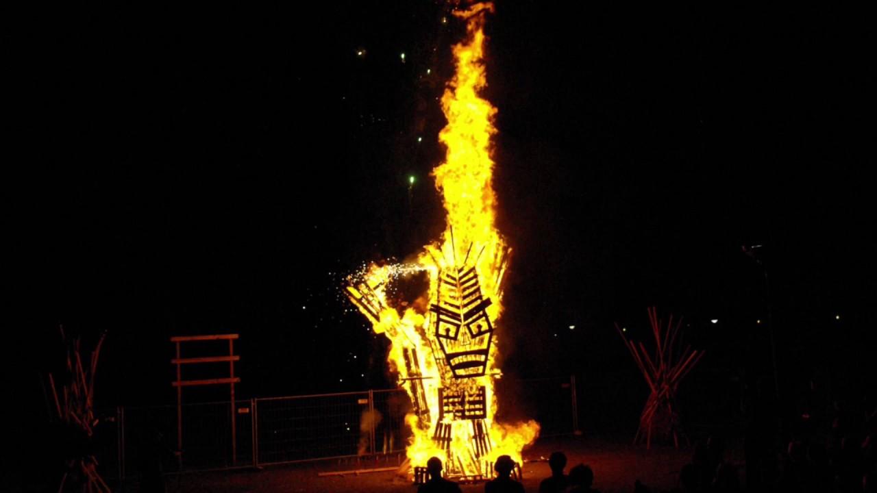 Am Uster Kreativ 2014 brannte eine Feuerskulptur.