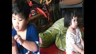 Kakak usia 5,5 tahun dengan penuh kasih sayang menyuapi adiknya usia 1 tahun 4 bulan (02)