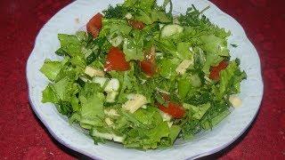 Легкий и вкусный летний салат с рукколой, салатом латук и сыром.