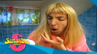 Samantha Oups ! Samantha dans sa salle de bain