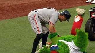 The Phillie Phanatic MOCKS Hunter Pence's practice swings and Panda's fall