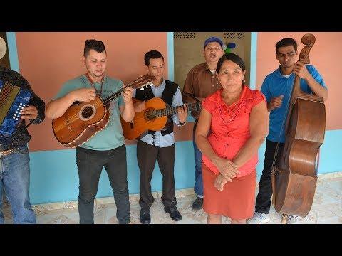 Conjunto de cuerda le canta a doña Ildubinia en su cumpleaños #2 - Ediciones Mendoza