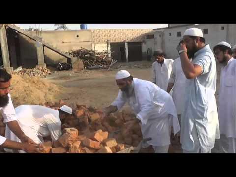 Molana Ilyas Ghuman taking part in Markaz Ahlus Sunnah construction 2013