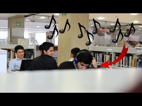 Poniendo Accidentalmente Canciones Graciosas en la Biblioteca