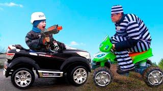 Малыш на большом зеленом Тракторе помогает Полицейскому и ловит Воришку