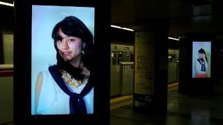大江戸線六本木駅のホームで、CanCamの美月ちゃんを発見! 電車がくると...