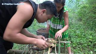 Survival skills - Catching fish at the river and cooking fish for eat - Eating delicious
