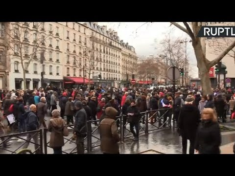 'Red Scarves' demonstrate in Paris, denouncing Yellow Vests violence