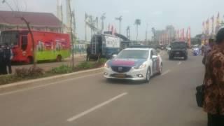 Presiden turun dari mobil untuk salaman di masjid raya jakarta