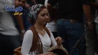أحمد جمال يغنى «اضحكى» مع عزف دنيا ورانيا ع الطبلة