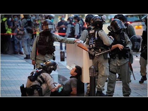 شاهد: لحظة طعن أحد المتظاهرين لشرطي في هونغ كونغ  - 19:58-2020 / 7 / 2