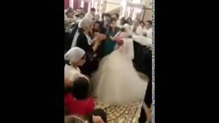 На свадьбе бьют невесту