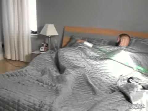 постели в фото эротика девушка