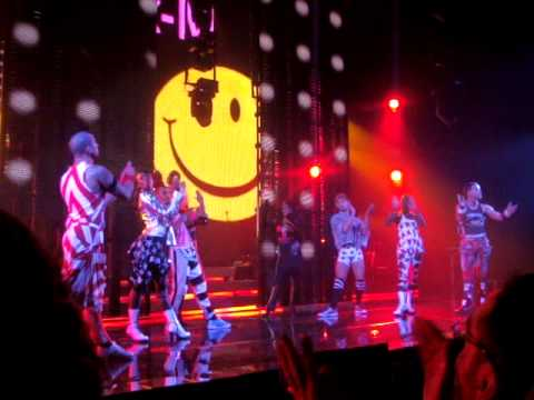 """Kylie Minogue """"Hits Medley"""" Chicago & NYC 3 Performances + Photos"""