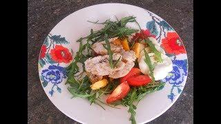Легкий теплый салат из куриного филе с моцареллой и руколой