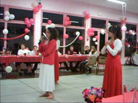 Estelle chante sur jena lee , Mathilde et clémence danse