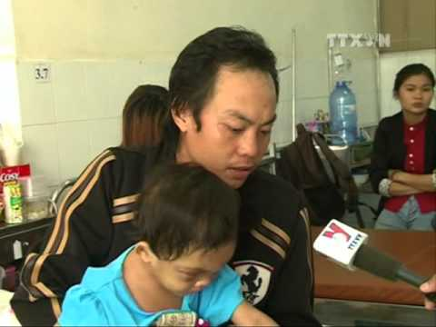 """""""Cha ruột"""" bé gái 4 tuổi bị bạo hành ở Bình Dương đến nhận con"""