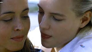 エリカ・リンダーはナタリーと本当に恋に落ちたかもシーン満載/映画『アンダー・ハー・マウス』メイキング映像