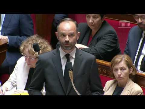 Echange entre Damien Abad et Edouard Phillipe (LAPSUS ET FOU RIRE)