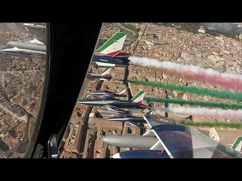 25 Aprile, frecce tricolori su Roma: le spettacolari immagini da dento i jet