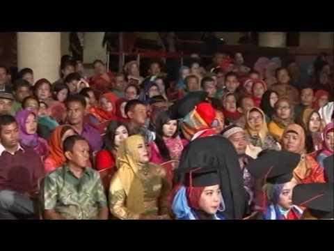 Puisi ayah dan ibu sedih. Acara wisuda Politeknik Ganesha Medan 26 Mei 2016.