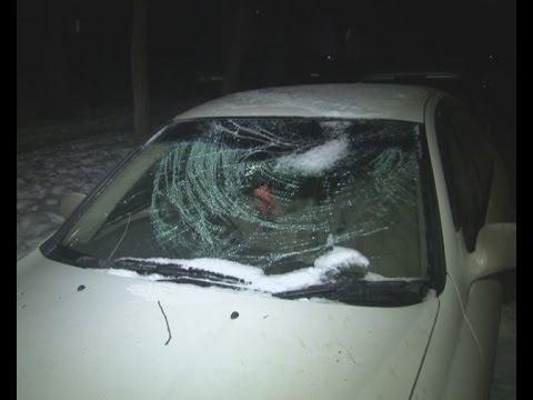 Упавшая на машину льдина пробила ветровое стекло.MestoproTV
