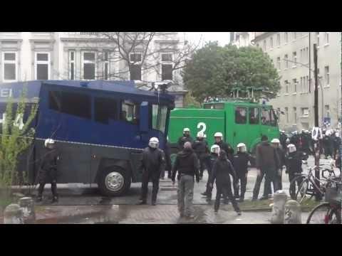 Wasserwerfereinsatz und Zugriff auf junge Frau vor Hamburg 22.04.2012 St.Pauli geg. Rostock-Spiel