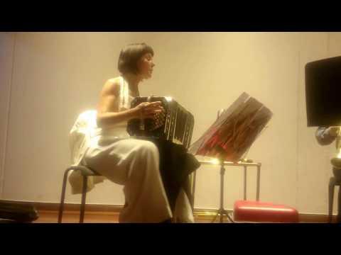Bandoneonista Carla Algeri interpreta Uno en la Sala de Música de Bellas Artes de Cali
