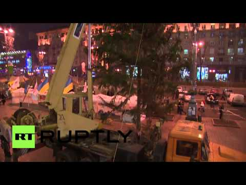 Ukraine: Protesters raise Christmas tree in temporary home
