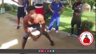 Peleador Callejero Cubano hace demostración de pegada ante el Equipo Nacional de Boxeo Cubano