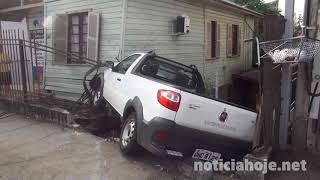 Motorista passa mal, perde o controle de veículo e invade residência