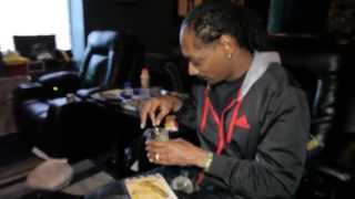 Snoop Dogg rollin up Kurupts MoonRock while playing unrealeased song with Pharrell