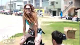 Девушки тестируют вибратор на улице