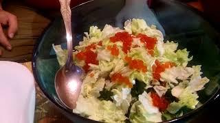 Новогоднее поздравление и рецепт новогоднего салата с красной икрой и мандаринами.