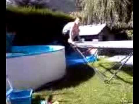 Saut trampoline piscine youtube for Trampoline piscine
