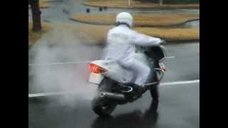雨の路面でもVFR800Pを自在に操る白バイ隊員。しかし白煙モクモク...【BBB】 thumbnail