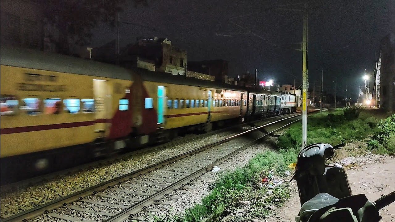 रात के समय जोरदार होर्न बजाकर निकली दो स्पेशल ट्रेन | Telangana & Jabalpur Special through a Curve