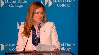 Natalia Crujeiras presenta el panel que tratara sobre la vida de Sofía Imber
