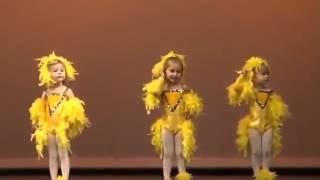Смешные дети танцуют на сцене