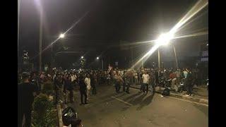 Download Video [TERBARU] Dipukul Mundur dari Bawaslu, Massa Serang Aparat dengan Petasan MP3 3GP MP4