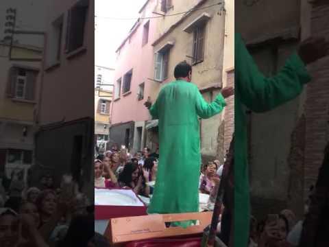 رجل يرقص رقص النساء على هدية مغربية ههههههههه thumbnail